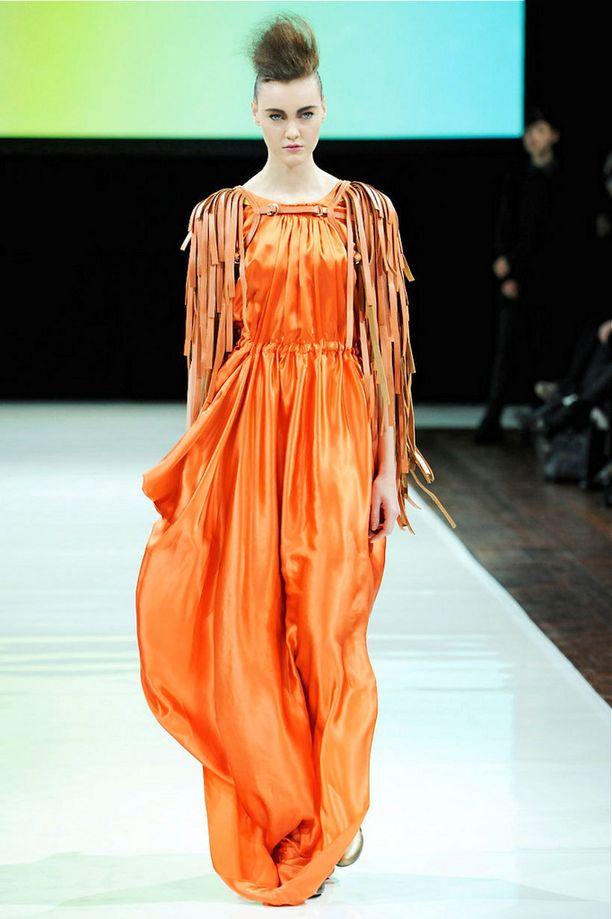 Oranssi puku on 2OR+ by YATin käsialaa.