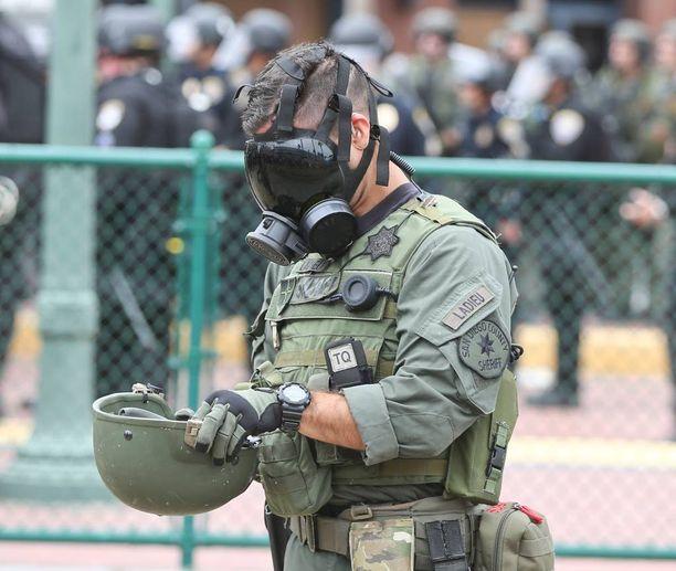 San Diegon viranomainen pani kaasunaamarin päähänsä.