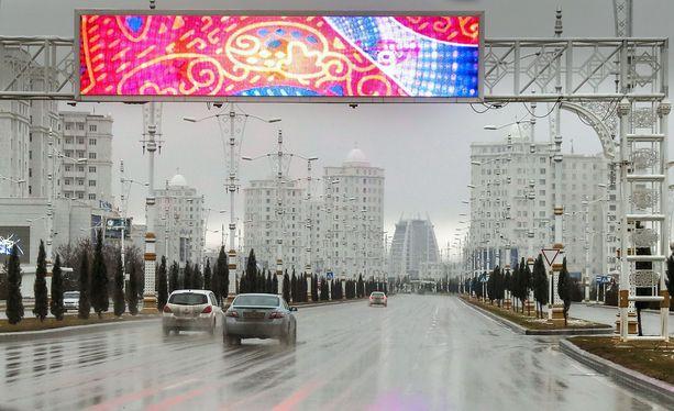 Naisten autoiluun on puututtu etenkin pääkaupunki Ashgabatin keskustassa, josta kuva.