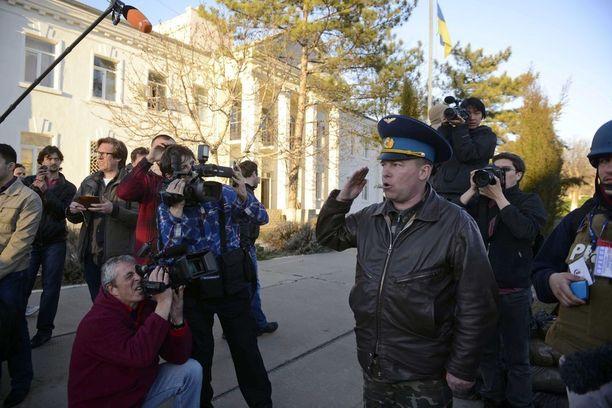 Julii Mamchur puhuu medialle Belbekin tukikohdassa 23. maaliskuuta 2014. Mamchur kertoo, että venäläismedia kertoi Krimin tapahtumista omaa totuuttaan.