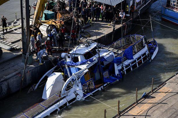 Uponneen aluksen noston odotetaan kestävän noin kuusi tuntia.
