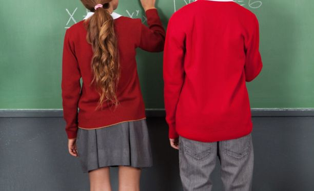 Lapset kertoivat tutkimuksesssa, että he toivoisivat, että tytöt ja pojat voisivat olla pelkästään kavereita, eikä suhteita pyrittäisi romantisoimaan. Kuvituskuva.