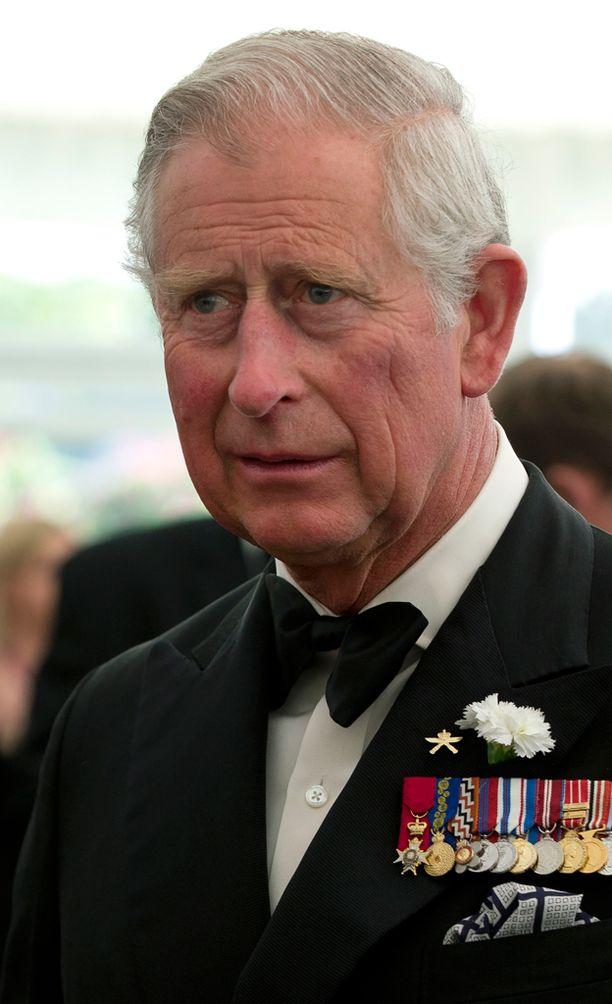 """Tuomioistuin kuvasi prinssi Charlesin murhaa suunnitellutta miestä kiertoutuneeksi mieleksi. Brittilehdistö kuvaa pidätettyä miestä """"punapääradikaaliksi""""."""