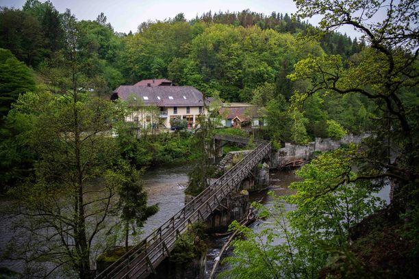 Hotelli sijaitsee Ilz-joen varrella Ala-Saksissa.