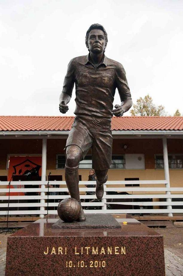 Jari Litmasen patsas sijaitsee Lahden Kisapuistossa.