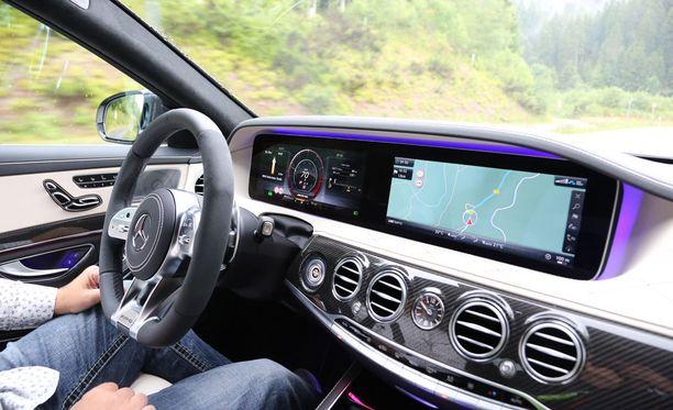 Ässä-Mercedeksen järjestelmät pitävät auton kaistojen välissä rattiin koskematta.
