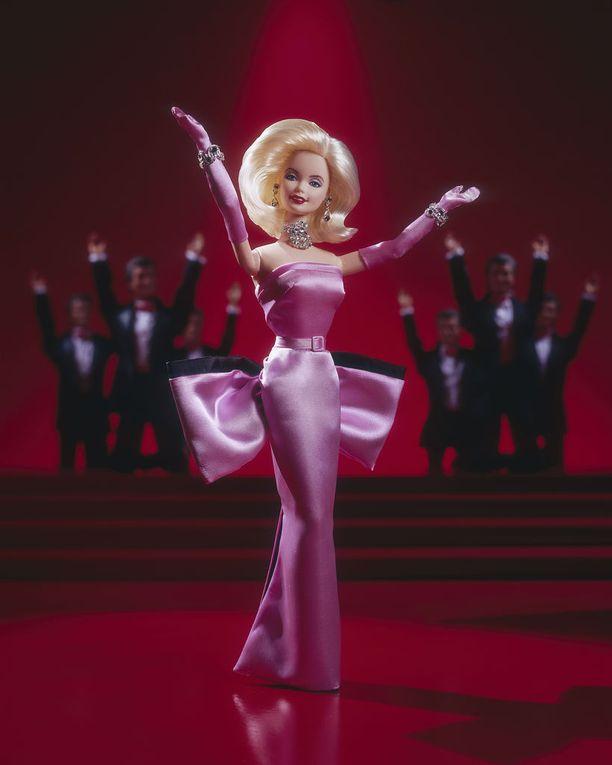 Ja tässä Marilyn Monroe -nukke, joka tuli myyntiin vuonna 1997.