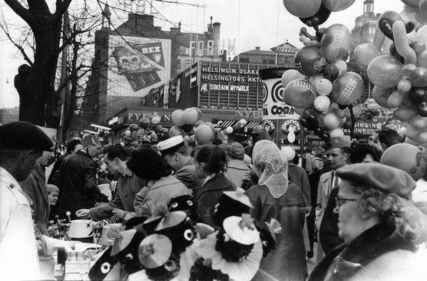 Vapunviettoa Helsingissä vuonna 1959. Taustalla näkyy kauppakeskus Forum.