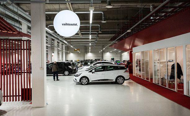 Seitsemän merkkiedustuksen lisäksi vaihtoautoille on varattu runsaasti tilaa uudesta liikkeestä.