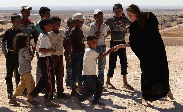Angelina Jolie tapasi pakolaislapsia Jordaniassa.