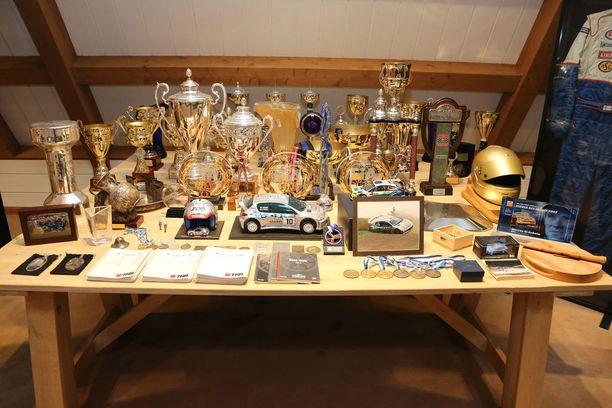 Palkintopöytä on komeaa katseltavaa.