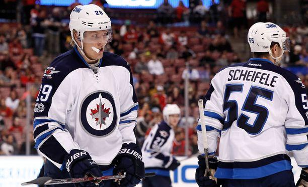 Patrik Laine (vas.) taistelee jopa koko NHL:n parhaan pelaajan palkinnosta.