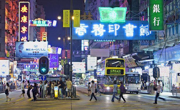 Neonvalot kuuluvat Hongkongin katukuvaan.