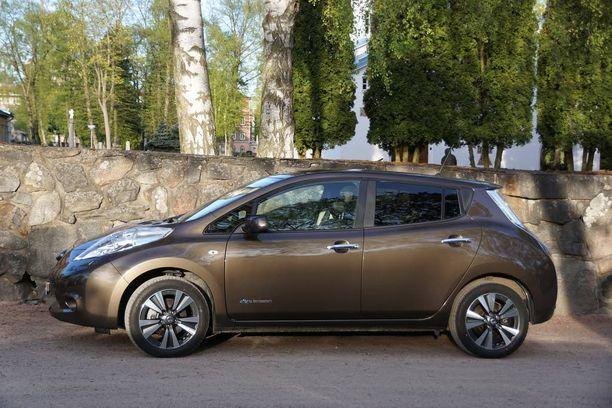 Nissan Leaf on muodoltaan tyypillinen tila-auton ja hatchbackin risteymä. Ulkoisesti se muistuttaa paljon Nissanin uudempaa Pulsaria.