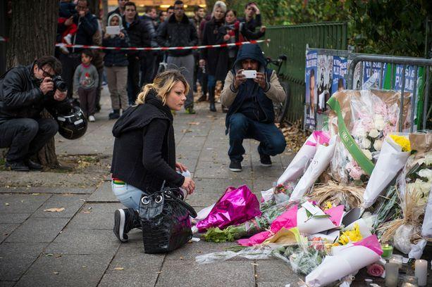 Ihmiset ovat vieneet kukkia Bataclanin konserttitalon lähelle.
