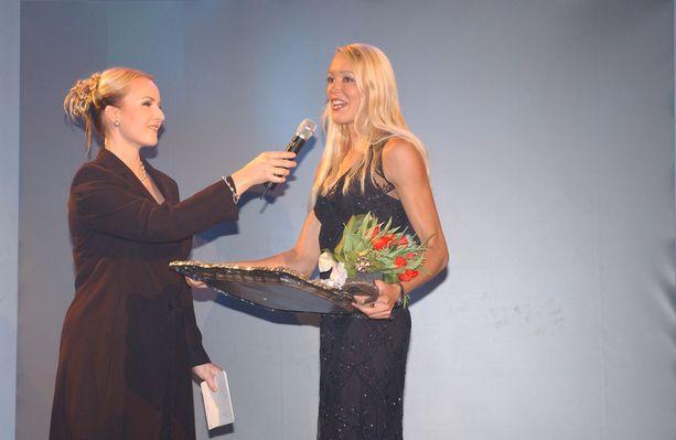 Heli Koivula (oikealla) valittiin vuoden naisurheilijaksi 2002.