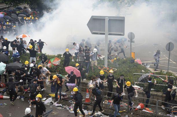Protestoijia vastaan käytettiin keskiviikkona kyynelkaasua. Massiiviset mielenosoitukset näyttävät tehonneen, sillä Hongkongin hallintojohtaja Carrie Lam ilmoitti hallinnon keskeyttävän kiistellyn lain valmistelun.