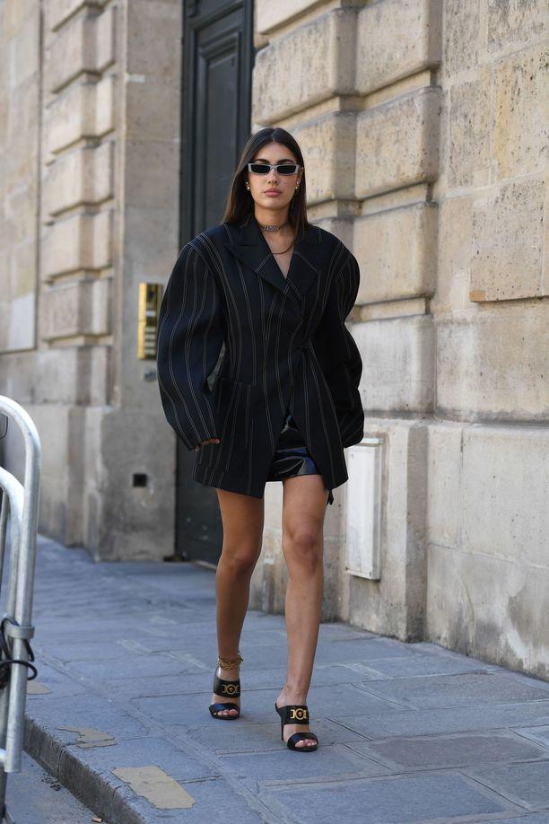 Musta nahkaminihame on tyylikkään naisen valinta, kuten Patricia Manfieldin asu todistaa. Se näyttää hyvältä vuodesta toiseen.