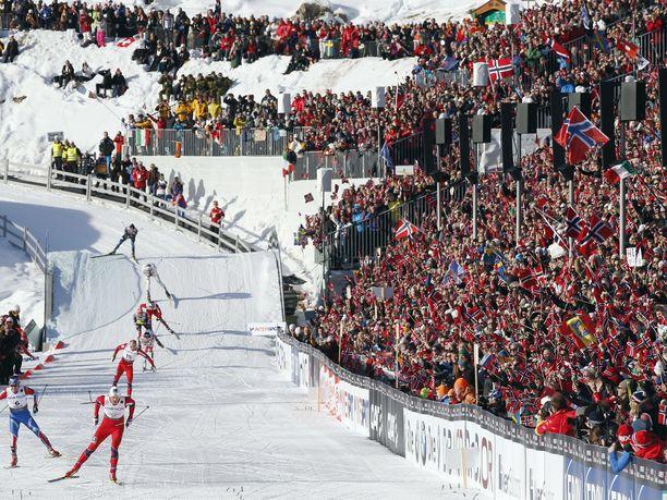 Tällaista yleisömerta ei tänä vuonna nähdä Holmenkollenilla. Kuva vuodelta 2011.