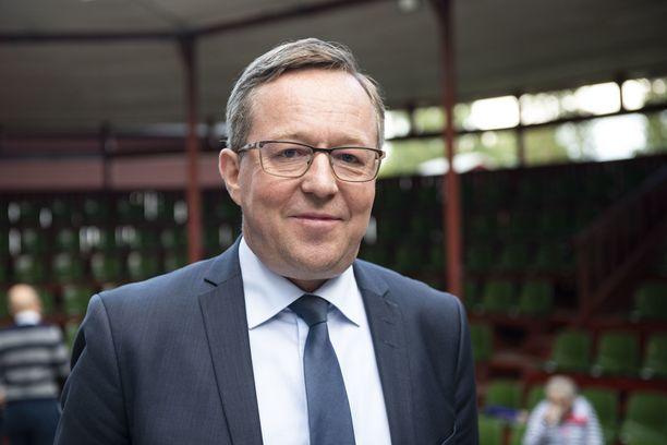 Elinkeinoministeri Mika Lintilä peräänkuuluttaa keskustelua siitä, mitä vaikutuksia tiukoilla matkustusrajoituksilla on.