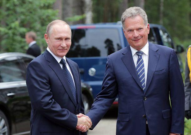 Putinin vierailua isännöi tasavallan presidentti Sauli Niinistö. Kuva Putinin onnitteluvierailulta Suomen itsenäisyyden juhlavuonna 2017.