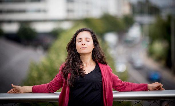 Tietoisen läsnäolon harjoittelu eli mindfulness voi suojata ahdistuneita ihmisiä ajatusten harhailemiselta.