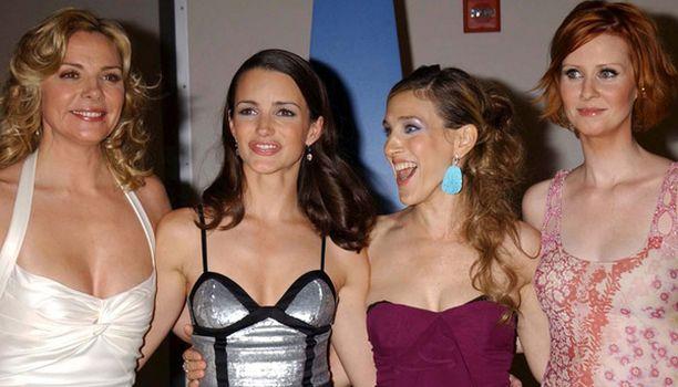 Tässä nelikko Samantha, Charlotte, Carrie ja Miranda eli Kim Catrall, Kristin Davis, Sarah Jessica Parker ja Cyntia Nixon näyttävät vielä iloisilta.