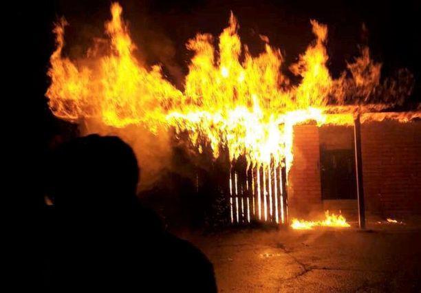 Tytön alkusammutus meni täysin pieleen, rakennuksen ovi ja katto roihahtivat.