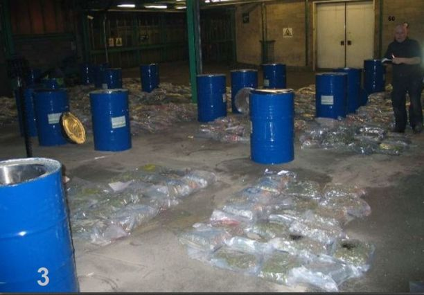 Kaksi kuukautta ennen Suomen ensimmäistä tynnyrilähetystä Englannin Doverissa takavarikoitiin 26 Hollannista lähtenyttä tynnyriä, joiden sisälle oli kätketty yhteensä noin 600 kiloa huumeita.