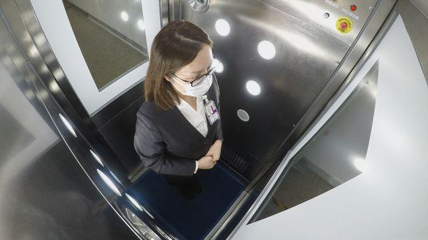 Hongkongin lentokentällä testataan desinfiointikoppeja, joihin matkustajien olisi mentävä ennen koneeseen nousua.