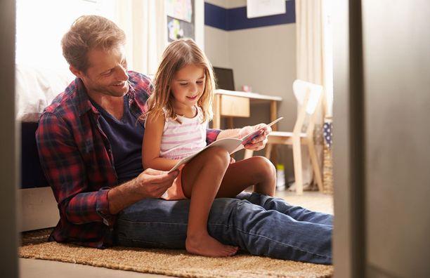 Varsinkin tytöt hyötyvät tutkimuksen mukaan siitä, että isä lukee heille ääneen.