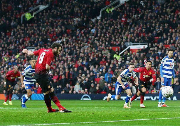 Juan Mata pommitti Manchester Unitedin avausmaalin Readingin verkkoon.
