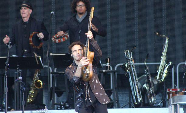 Nils Lofgren hullaannutti yleisön Because The Nightin kitarasoolollaan.