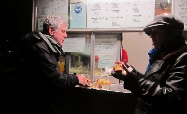 Anthony Bourdain ja Sami Jaffa kävivät Jaskan Grillissä syömässä makkaraperunat ja lihapiirakat.