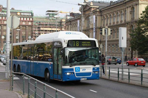Ulkonäöltä tuttu nuori mies tunki itsensä tyhjässä linja-autossa samalle riville teinityttöjen kanssa ja masturboi koko matkan. Teko sattui Helsingin sisäisessä liikenteessä.