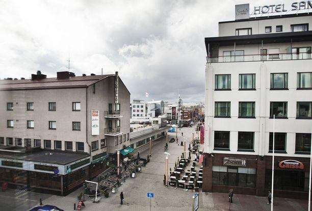 Nuori nainen raiskattiin Rovaniemen keskustassa kuvassa keskellä näkyvän kattoparkin portaikossa. Kautta Suomen tunnettu Lordin aukio sijaitsee liikerakennuksen takana.