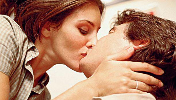 Naiset arvioivat tulevia kumppaneitaan suutelemalla.