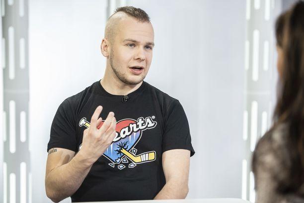 Juha Riikonen viilteli itseään ollessaan teini-ikäinen.