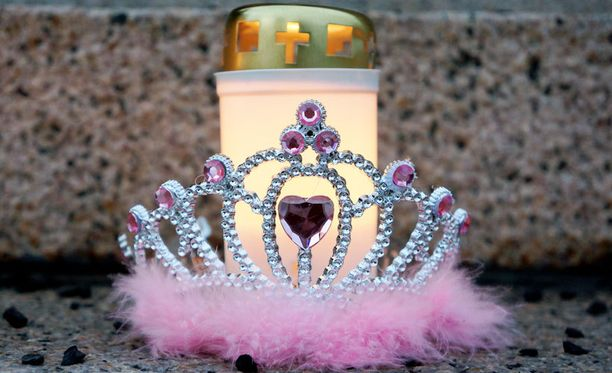 Eerikan muistoksi tuotiin Eduskuntatalolle maaliskuussa muun muassa kynttilöitä ja tiara.