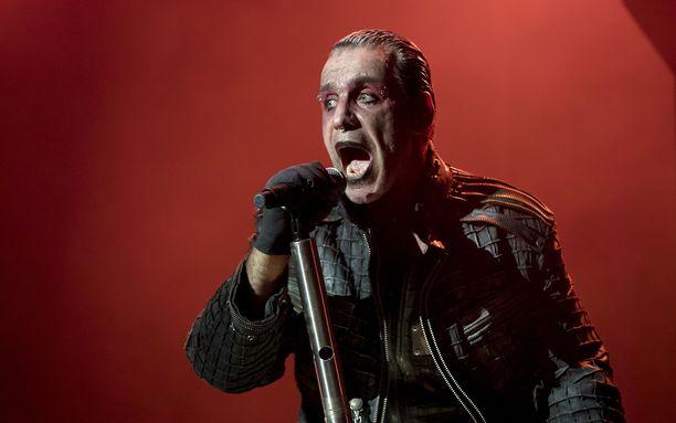 Rammstein-yhtyeen keulahahmo Till Lindemann kuvattuna Bråvalla-festarikeikalla Ruotsissa vuonna 2016.