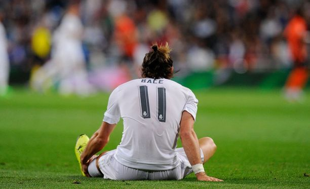 Gareth Bale lysähti nurmen pintaan Shakhtar-ottelun avausjaksolla. Tilalle komennettiin loppukesällä hankittu Mateo Kovacic.