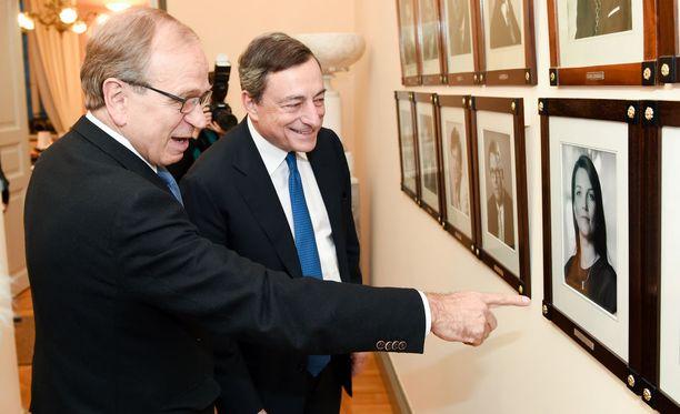 Erkki Liikanen esitteli Mario Draghille suomalaisten pääministereiden kuvia marraskuussa 2014. Liikanen on Suomen Pankin pääjohtajana EKP:n neuvoston jäsen. EKP hallinnoi euroa ja toteuttaa EU:n talous- ja rahapolitiikkaa.