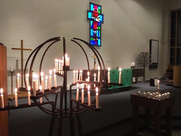Ivalon kirkossa järjestettiin tiistaina hartaustilaisuus, johon saapui kymmeniä ihmisiä.