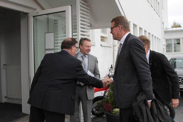 Paavo Väyrynen juhlii perjantaina 70-vuotissyntymäpäiväänsä. Etualalla kuvassa Matti Vanhanen.