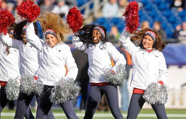 Vaikka olisi viileämpikin sää, cheerleaderit ovat uskollisesti mukana.