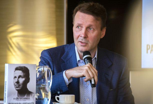 Nokian hallituksen puheenjohtaja Risto Siilasmaa julkaisi viime syksynä kirjan, jossa hän kritisoi voimakkaasti edeltäjänsä Jorma Ollilan johtamista ja syyttää Ollilan johtamistapaa Nokian vaikeuksista.