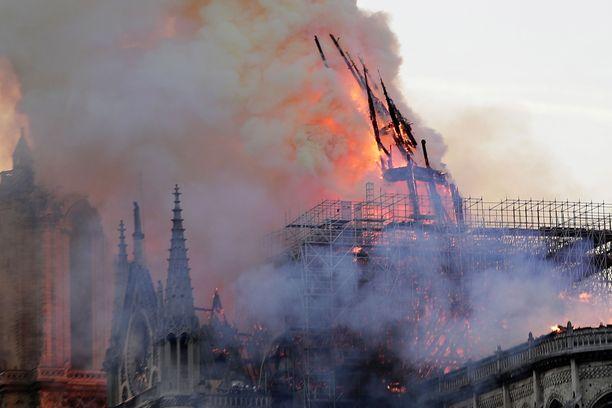 Kirkon 90 metrin korkeuteen kohoava torni romahti noin tunti palon alkamisen jälkeen. Hieman myöhemmin suuri osa katosta sortui.