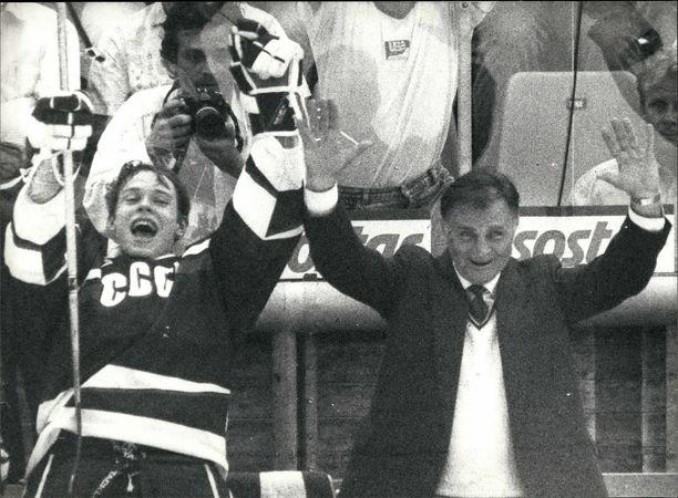 Tuimailmeinen Viktor Tihonov tuuletteli harvoin. Kuva vuoden 1990 MM-kisoista jälleen yhden maailmanmestaruuden varmistuttua. Vasemmalla juhlii nuori Pavel Bure.