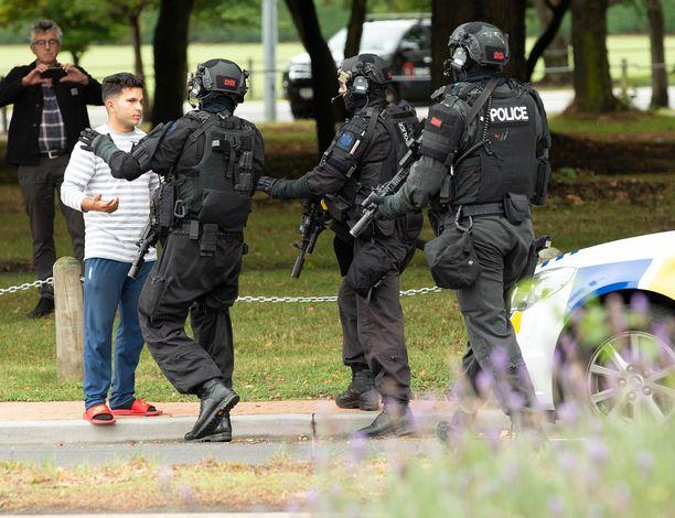 Uuden-Seelannin verilöyly kesti 17 minuuttia. Kansainvälisen median mukaan poliisilla kesti hieman yli puolituntia ensimmäisestä laukauksesta saada ampuja kiinni.