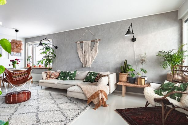 Isossa olohuoneessa saa olla runsaasti viherkasveja, ja niitä voi vapaasti sijoitella eri puolille huonetta.  Kun kasveja on paljon, kannattaa kasveja valita useita erilaisia ja asetella pieniksi rykelmiksi – yksi palmuvehka joka kulmassa näyttää hassulta.